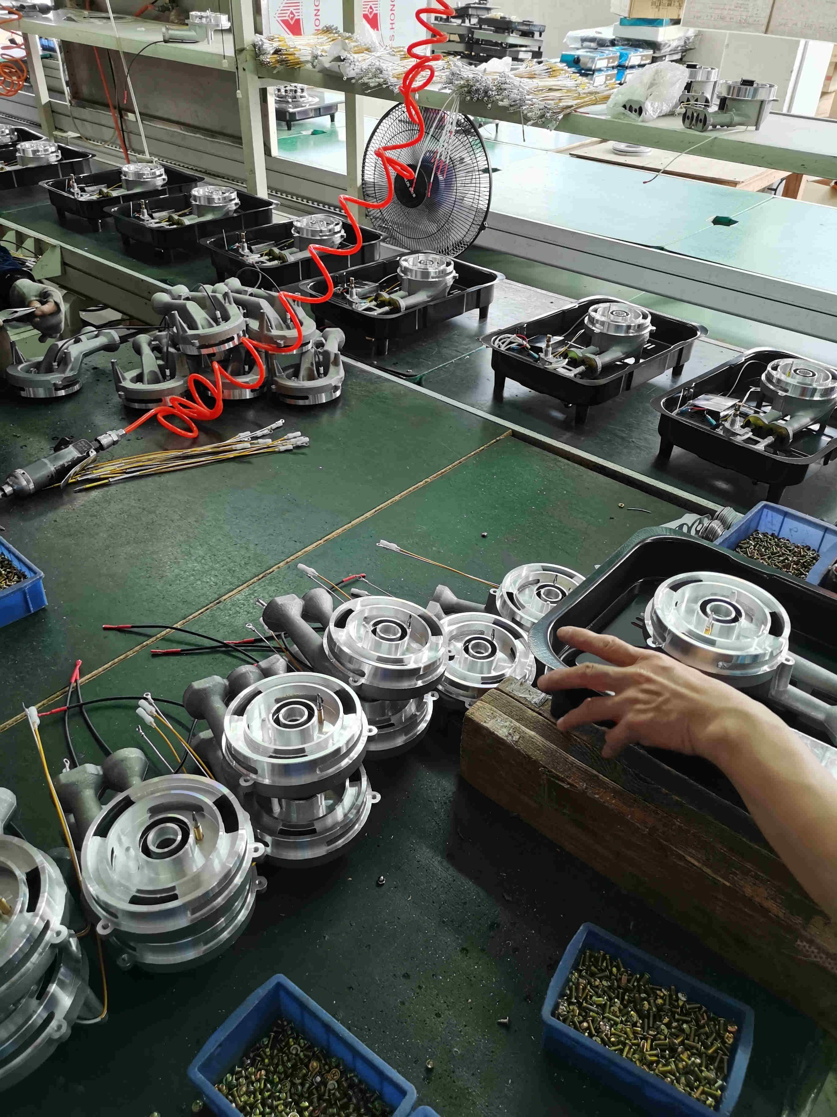燃气灶煤气炉灶具生产厂家工人安装固定炉灶具内部配件安装过程